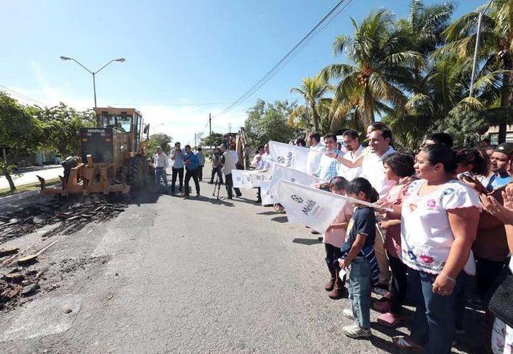Vecinos de la Emiliano Zapata Sur acompañaron al Alcalde para el banderazo de inicio de reconstrucción de la Avenida 86 de San Antonio Xluch. (Milenio Novedades)
