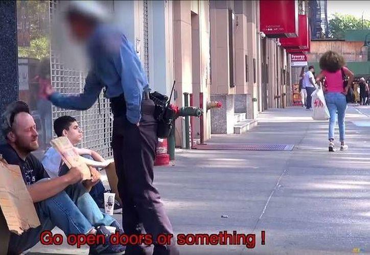 En las imágenes también fue captado un policía que insulta al veterano. (YouTube)