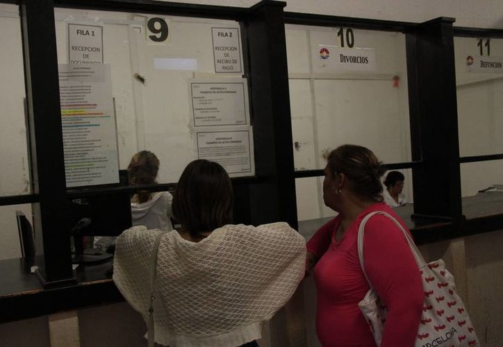 La población aprovecha los descuentos que ofrece el Ayuntamiento. (Tomás Álvarez/SIPSE)