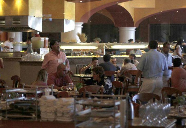 Ahora sirven bebidas nacionales de calidad, vinos y licores importados de marca, tanto en bares y restaurantes. (Israel Leal/SIPSE)
