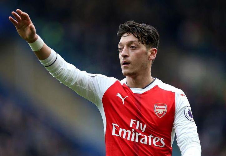 Mesut Özil solicitó vestir el dorsal número 10 que actualmente porta su compañero Jack Wilshere. (Contexto/Internet).