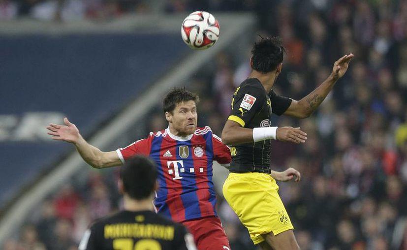 En los últimos minutos el Bayern de Xabi Alonso (i) arrancó la victoria al Borussia de Pierre-Emerick Aubameyang (d).(Foto: AP)