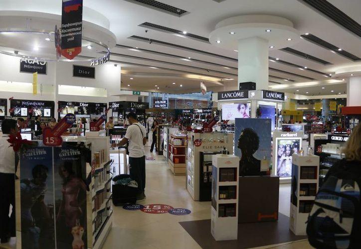 Este año se inauguraron cinco comercios en el aeropuerto. (Israel Leal/SIPSE)