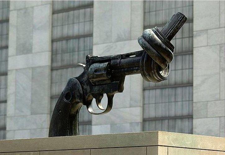 La obra más conocida de Carl Fredrik Reuterswärd está expuesta frente a las instalaciones de Naciones Unidas, en Nueva York. (newsweek.com)