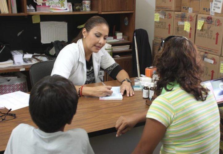 Prestan atención médica a familias de escasos reucroso. (Cortesía/SIPSE)