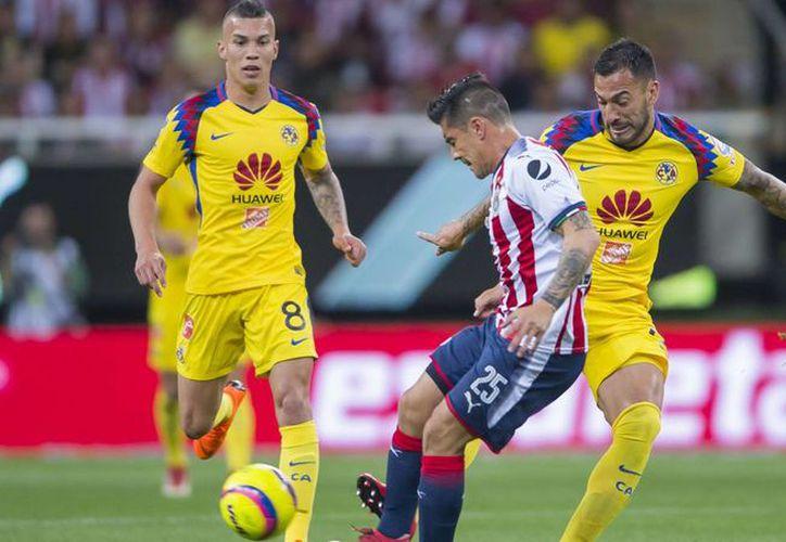 América y Chivas jugarán hoy el primero de dos clásicos de la semana. (Imagen tomafa de Mexsport)