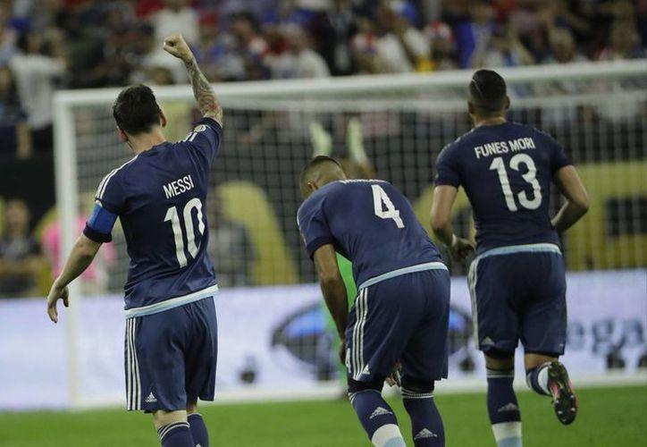 Dos asistencias y un gol marcaron la espectacular noche de Lionel Messi y Argentina ante una selección estadounidense que no puso resistencia. (AP)