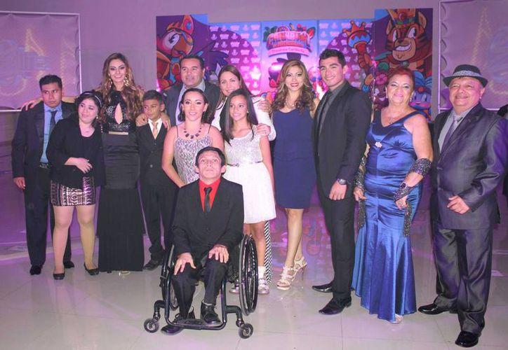 La presentación de los reyes del carnaval de Mérida 2015, encabezados por los soberanos principales, Marsha I y Charly I. (SIPSE)