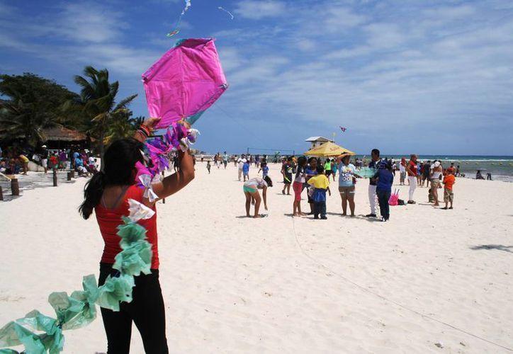 Alrededor de 400 personas acudieron al Tercer Festival del Papalote en Playa del Carmen. (Octavio Martínez/SIPSE)