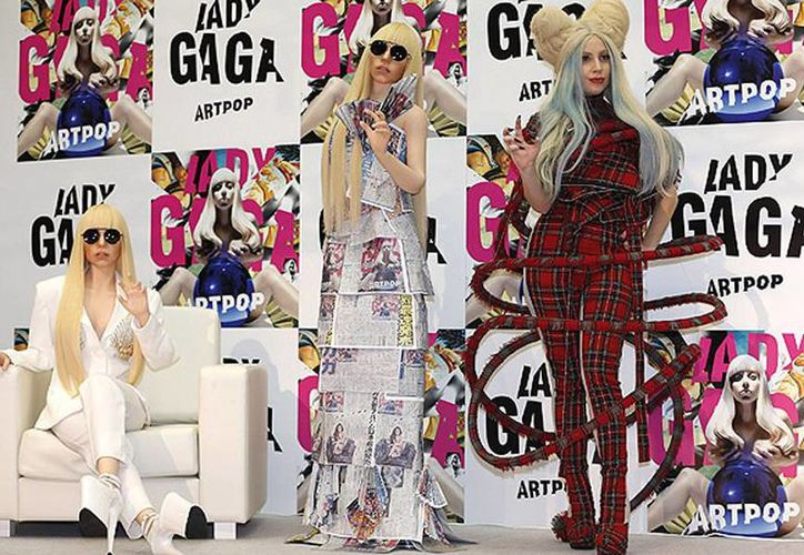 Lady Gaga posa para los fotógrafos con sus muñecas, durante una conferencia de prensa para promocionar su álbum <i>Artpop</i>, en Tokio. (Agencias)