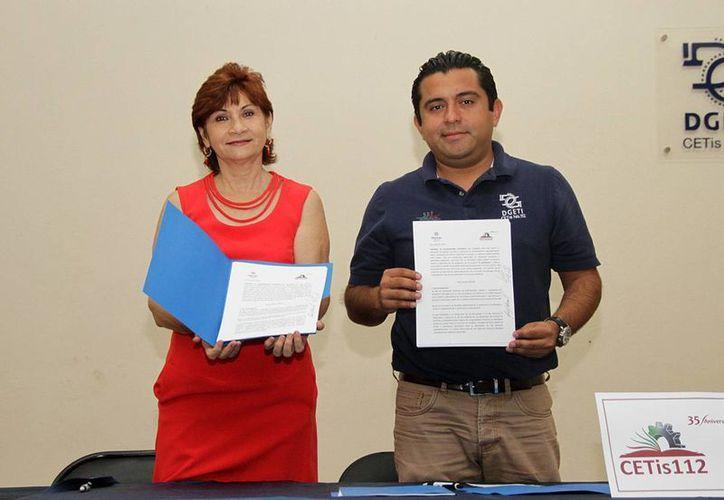 El DIF Mérida y el Cetis 112 firmaron este viernes un convenio a favor de estudiantes de la carrera de gerontología. (Foto cortesía del Ayuntamiento de Mérida)