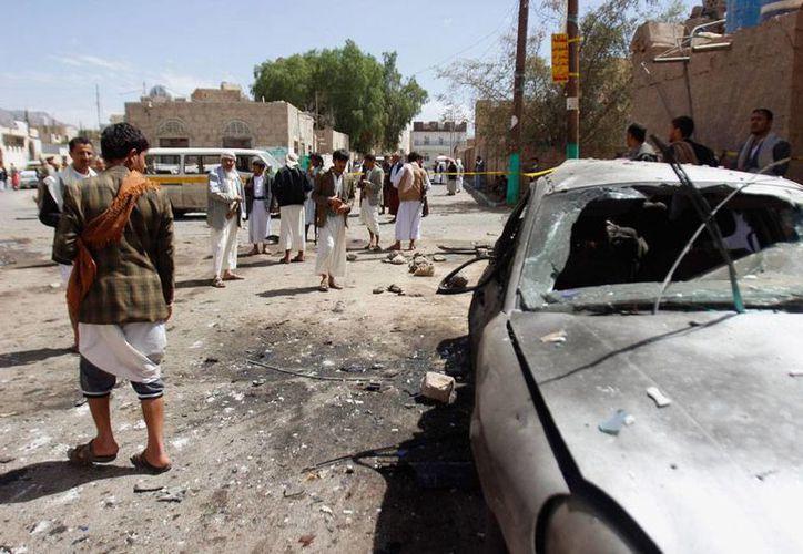 Un grupo terrorista 'afiliado' al Estado Islámico envió varios kamikazes a diferentes puntos de la capital de Yemen, Sana. Al menos 137 personas murieron, la mayoría en 2 mezquitas. (AP)