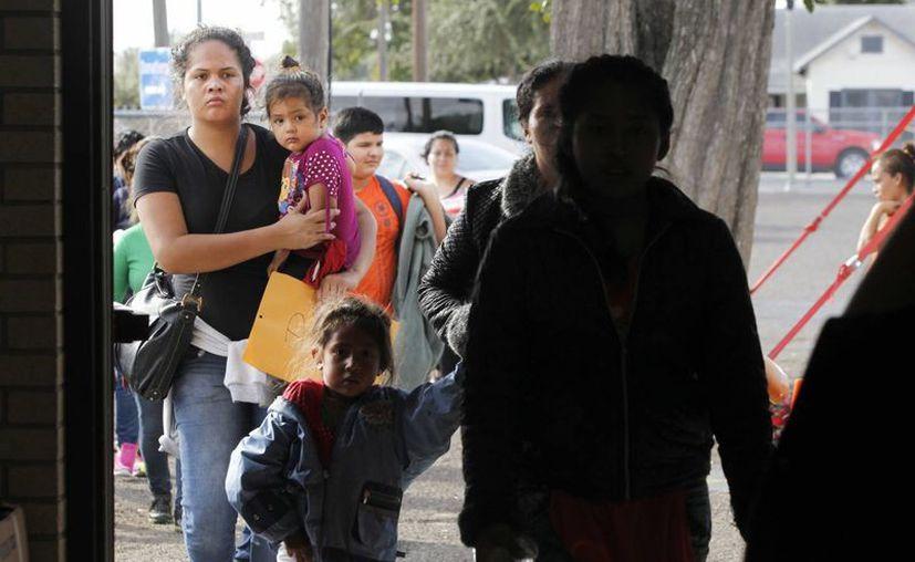 La SRE busca evitar que los mexicanos que viven en EU sean víctimas de abusos y fraudes. Imagen de un grupo de inmigrantes que son dejados en el  Centro de Rescate Humanitario de la Iglesia Católica del Sagrado Corazón en McAllen, Texas.  (Delcia Lopez/The Monitor vía AP)