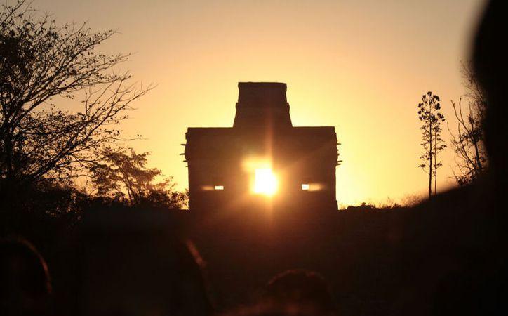 """Kin (Dios del Sol, en maya) """"atravesó"""" el corazón de El Templo de las Siete Muñecas, en Dzibilchaltún, Yucatán. (José Acosta/SIPSE)"""