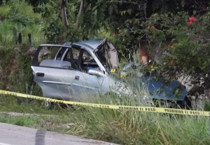 El Chevy quedó desbaratado tras impactar contra un árbol. El conductor y su hijo murieron en el lugar. (Milenio Novedades)