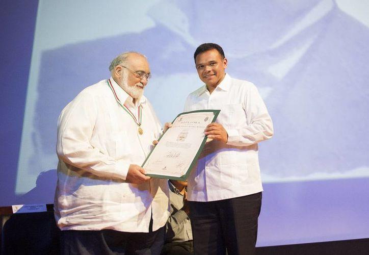 Jorge Álvarez recibe el reconocimiento de manos del Gobernador. (Milenio Novedades)