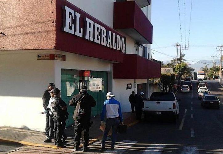 Elementos de la Policía Estatal, adscrita al mando único, llegaron a las instalaciones para conocer de los hechos.(twitter/@elimparcialcom)