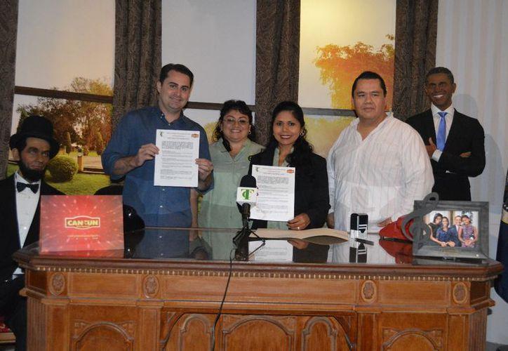 """Representantes del sindicato de taxistas y de la empresa """"Cancún Wax Museum"""" firmaron el convenio. (Cortesía)"""