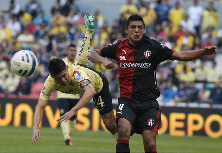 Auténtica zancadilla le propinó  Atlas al América al derrotarlo 1-2 en el estadio Azteca. Gracias a la diferencia de goles a su favor, Águilas no perdió el liderato general en el que lo alcanzaron los rojinegros. (NTX)