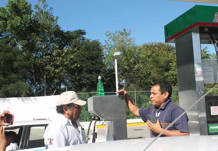 El secretario del sindicato exigió la calibración de las bombas de la gasolinera. (Raúl Balam/SIPSE)