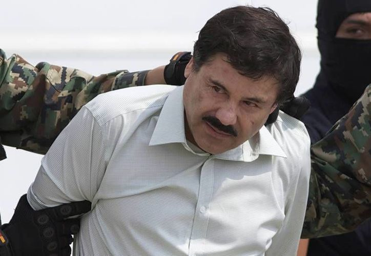 La fuga de 'El Chapo' Guzmán podría modificar el mapa del narcotráfico en México. Imagen archivo del momento en que el capo mexicano era trasladado del hangar de la PGR al Altiplano en febrero del 2014. (Archivo/Agencias)