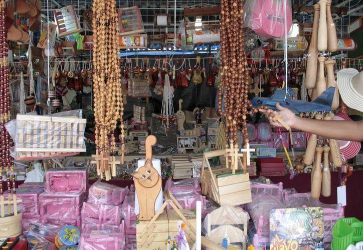 Los artesanos afirman que subsisten vendiendo manualidades, y que necesitan apoyo. (Tomás Álvarez/SIPSE)