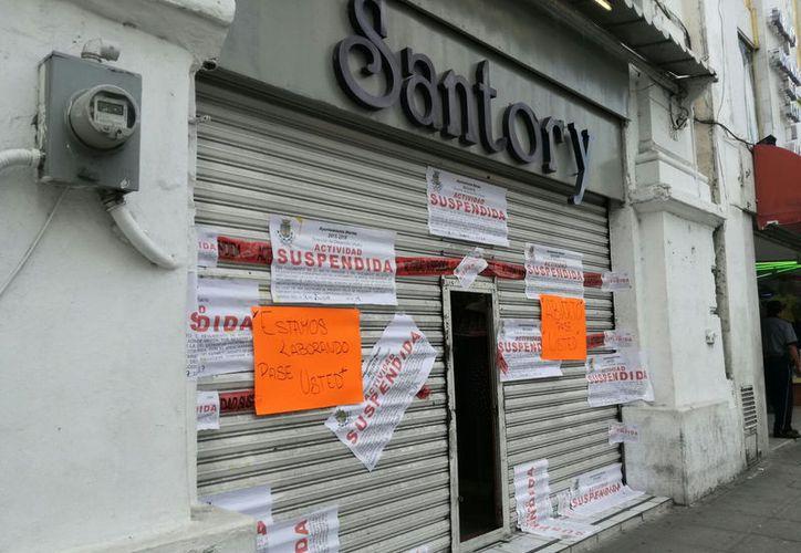 A pesar de que el establecimiento fue cerrado, la gente continuó ingresando a la tienda a comprar. (Milenio Novedades)