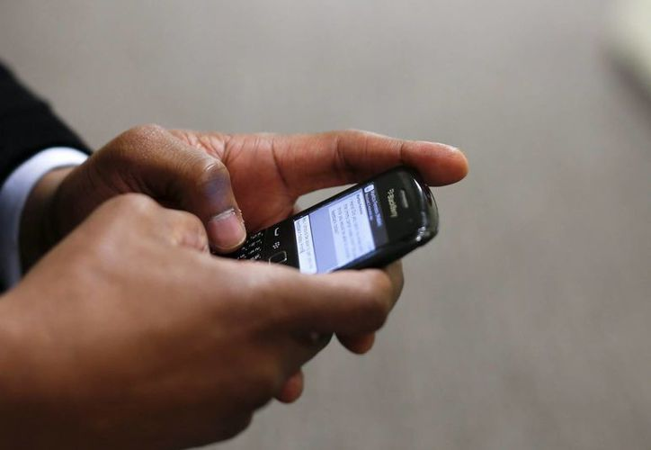 Imagen de archivo de un hombre que utiliza su celular  de la marca Blackberry, quien perdió drásticamente su mercado. (EFE/Archivo)