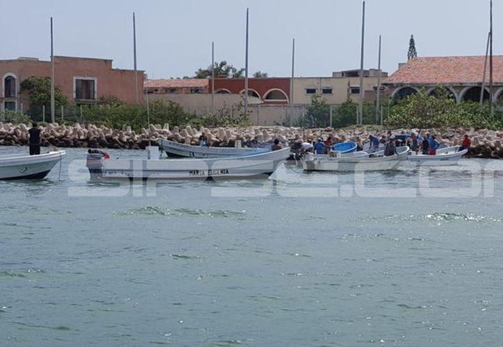 Más de una decena de lanchas cerraron la salida para las embarcaciones de recreo. (SIPSE)