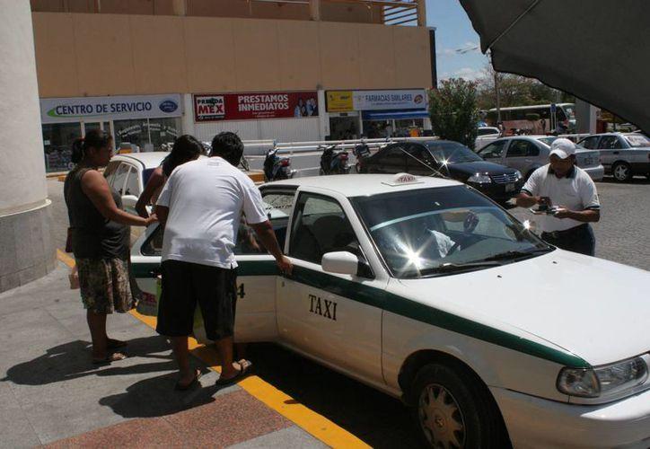 Comentó usuario que pagar el taxi con tarjeta de crédito no es redituable. (Tomás Álvarez/SIPSE)