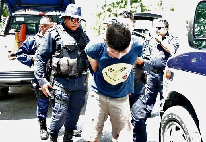 Policías municipales salvaron a ladrón de la furia de vecinos en la colonia Maravilla. (Gustavo Villegas/SIPSE)