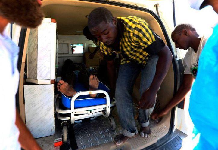 Los cuerpos de rescate lograron rescatar a unos 33 indocumentados africanos que viajaban en un barco que naufragó en costas de Libia y del que aún no se reporta oficialmente la cifra de víctimas mortales. (Efe)