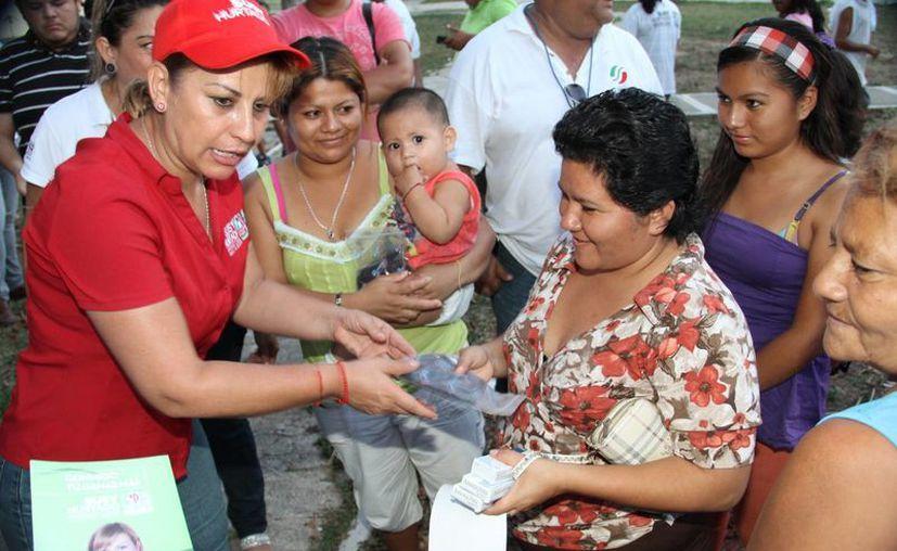 Susana Hurtado Vallejo atendió las demandas de las moradoras de la zona. (Redacción/SIPSE)