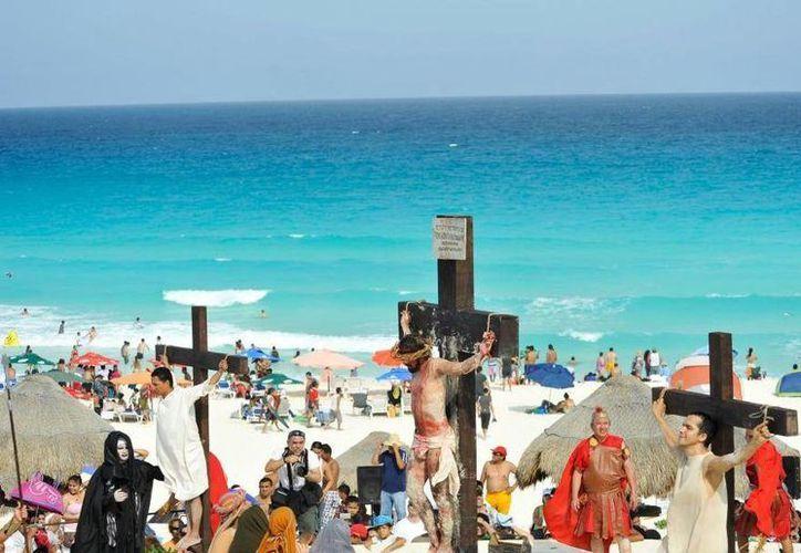 Es el cuarto año consecutivo que se realiza el Viacrucis en la playa. (Cortesía/SIPSE)