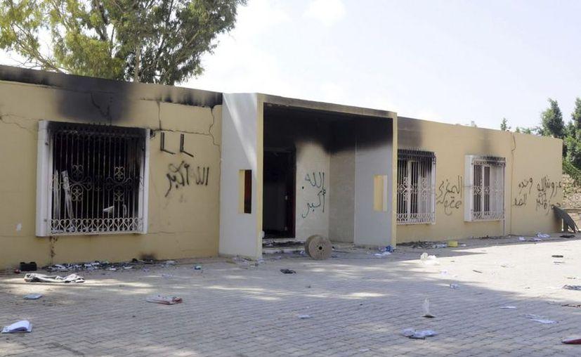 Vista de los restos carbonizados de un edificio del consulado estadounidense en Bengasi.  (EFE)