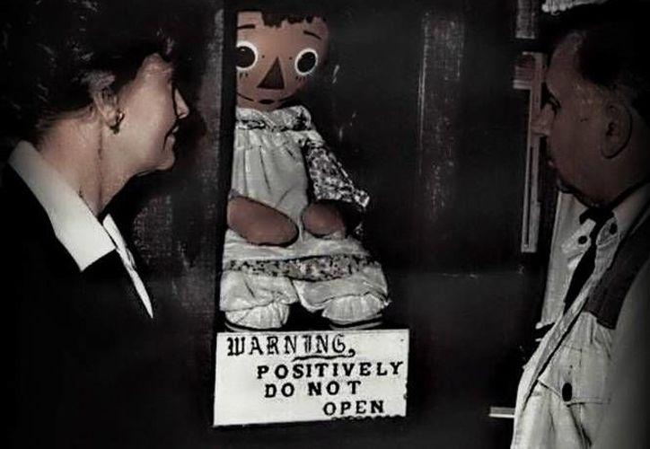 La historia de la muñeca siniestra Annabelle se remonta a 1970, cuando una mujer la compró y la entregó como regalo de cumpleaños a su hija Donna. (Foto especial tomada de excelsior.com.mx)