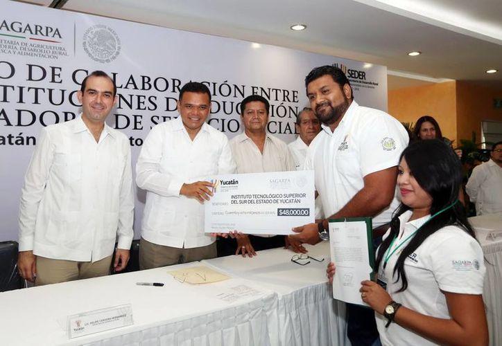Durante el evento, Rolando Zapata entregó a estudiantes estímulos por realizar su practica profesional con productores yucatecos. (Milenio Novedades)