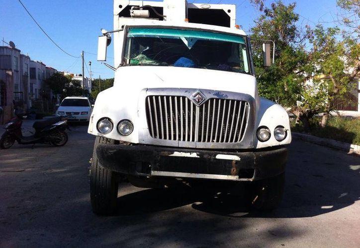 El camión fue detenido por los testigos del hecho. (Elizabeth Ruiz/Facebook)