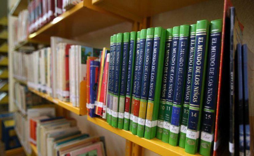 La biblioteca cuenta con más de 48 mil volúmenes. (Harold Alcocer/SIPSE)