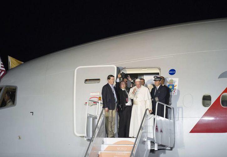Imagen del Papa Francisco al momento de despidirse en Filadelfia, última etapa de su viaje por Estados Unidos. (EFE)