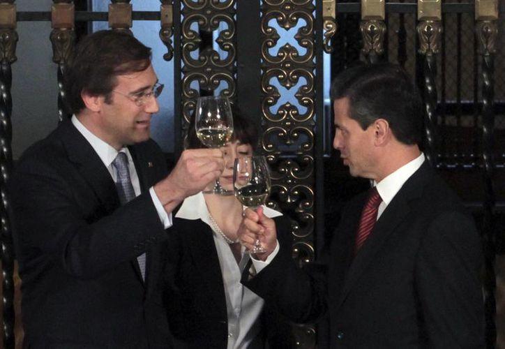 El mandatario portugués Pedro Pasos brinda con el presidente Enrique Peña Nieto. (Notimex)