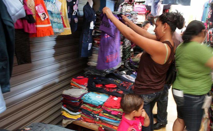 El sector comercial, formal e informal de la capital, obtiene ventas promedio del 60 por ciento como resultado de las fiestas carnestolendas. (Enrique Mena/SIPSE)