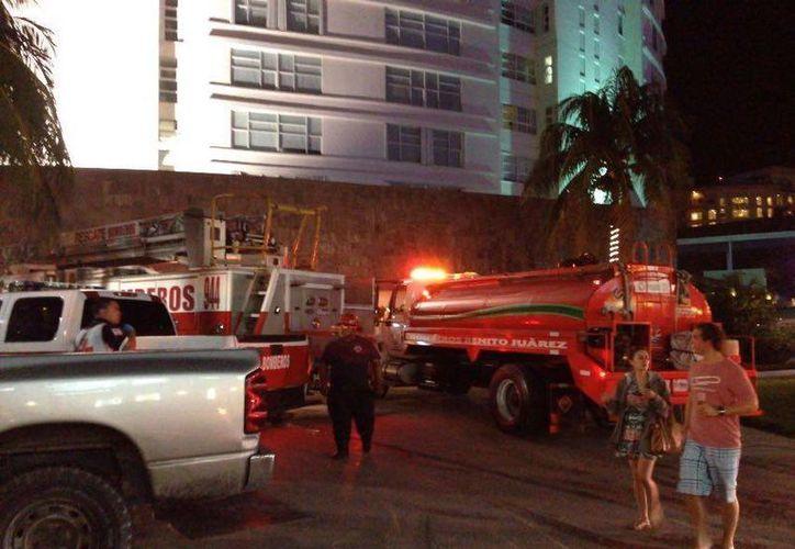 Los bomberos acudieron a sofocaron las llamas. (Eric Galindo/SIPSE)