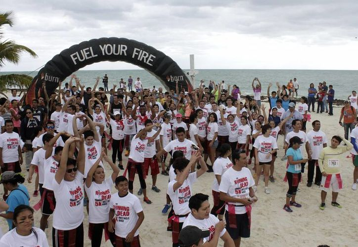 Una gran fiesta atlética y tenebrosa se realizó en Isla Blanca con la participación de más de 600 corredores. (Francisco Gálvez/SIPSE)