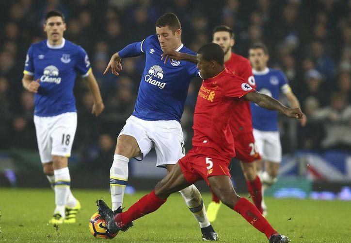 Con un gol de último minuto, Liverpool superó al Everton para colocarse en el segundo sitio de la la Liga Premier. (AP)