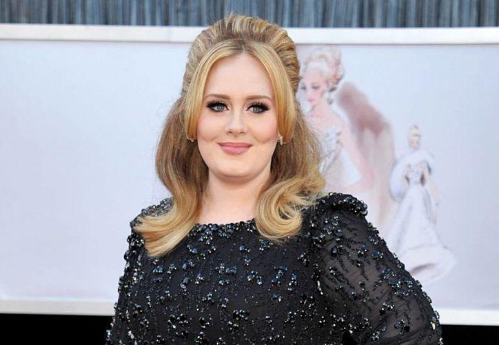 De acuerdo con la crítica especializada, Hello, el primer sencillo de la producción de Adele, mantiene a la cantautora en la cima. (AP)
