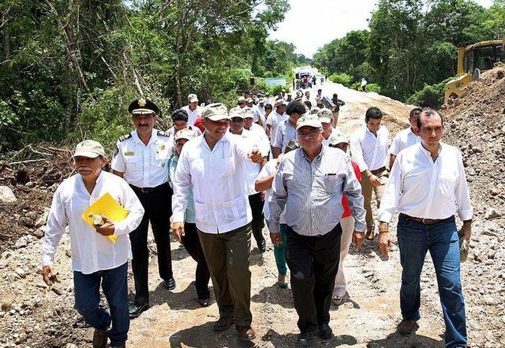 El gobernador Rolando Zapata recorrió las diferentes obras carreteras que se llevan a cabo en la zona. (Milenio Novedades)