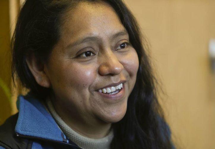 Candelaria López sonríe al contar cómo cambió su vida tras empezar a tomar clases de inglés que ofrece un programa piloto de Nueva York a partir de los teléfonos celulares. (Agencias)