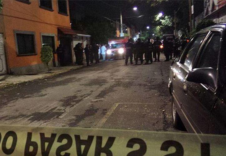 Imagen del lugar donde la víctima fue asesinada a las afueras de la casa de campaña de la candidata priista a diputada local en Azcapotzalco. (Carlos Arteaga/Excelsior)