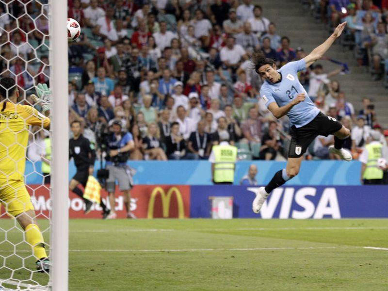 Cavani remató prácticamente con el rostro y fue gol 1-0 de Uruguay sobre Portugal (Foto AP)